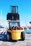 Caminhão de elevador Marina Dock Marbella de Caterpillar Fotografia de Stock