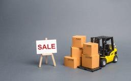 Caminhão de empilhadeira amarelo com caixas de cartão e para estar com a venda da palavra venda dos bens, descontos grandes em be imagens de stock royalty free