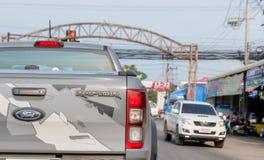 Caminhão de Ford Raptor na estrada real em Tailândia que é o caminhão o mais caro no mercado tailandês do caminhão Banguecoque, T foto de stock