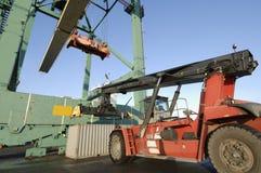 Caminhão de Forklift e guindaste do recipiente fotografia de stock
