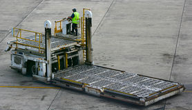 Caminhão de levantamento da bagagem do aeroporto Imagem de Stock