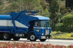 Caminhão de lixo azul Fotos de Stock