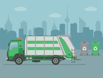 Caminhão de lixo e latas de lixo no fundo da cidade Foto de Stock Royalty Free