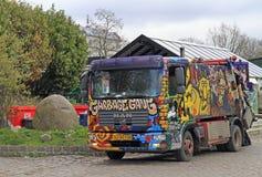Caminhão de lixo pintado em freetown Christiania fotografia de stock royalty free