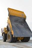 Caminhão de mineração amarelo grande imagem de stock