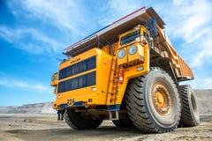 Caminhão de mineração amarelo grande Belaz fotografia de stock
