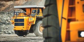 Caminhão de mineração amarelo grande Belaz imagens de stock royalty free