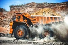 Caminhão de mineração amarelo grande carregado fotografia de stock
