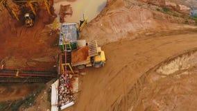 Caminhão de mineração da vista aérea que transporta a areia Sector mineiro Industrial aéreo video estoque