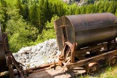 Caminhão de mineração velho na parte dianteira Foto de Stock Royalty Free