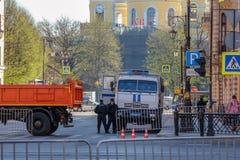 Caminhão de OMON para cidadãos detidos fotos de stock royalty free