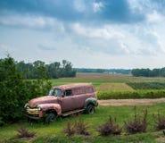 Caminhão de painel velho oxidado em um campo de exploração agrícola fotografia de stock royalty free