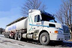 Caminhão de petroleiro convencional do táxi de Volvo NH12 420 na mola Imagens de Stock