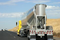 Caminhão de petroleiro na estrada Fotos de Stock Royalty Free