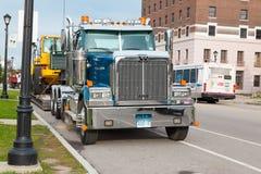Caminhão de reboco grande no búfalo nos EUA na rua Vista frontal foto de stock