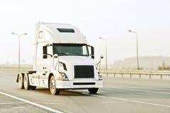 Caminhão de reboque branco do Grayscale fotografia de stock