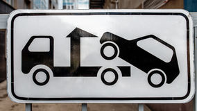 Caminhão de reboque do sinal de estrada Foto de Stock Royalty Free