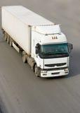 Caminhão de reboque do trator isolado no fundo da estrada fotografia de stock
