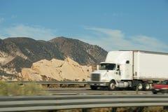 Caminhão de reboque e o outro veículo que circulam na autoestrada de um estado a outro 5 Fotos de Stock Royalty Free