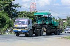 Caminhão de reboque para o transporte do backhoe Imagem de Stock Royalty Free