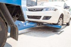 Caminhão de reboque que reboca um carro dividido Imagens de Stock