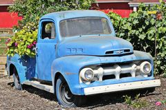 Caminhão de recolhimento azul velho de Ford Foto de Stock Royalty Free