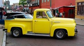 Caminhão de recolhimento de Ford do amarelo da antiguidade da condição da sala de exposições Fotografia de Stock Royalty Free