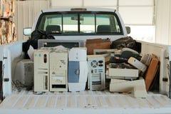 Caminhão de recolhimento enchido com o lixo eletrônico Foto de Stock Royalty Free