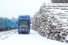 Caminhão de registro azul de Scania R580 V8 na jarda Railway da madeira Foto de Stock Royalty Free
