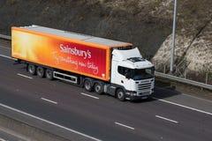 Caminhão de Sainsburys na estrada fotos de stock royalty free