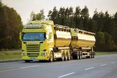 Caminhão de tanque amarelo de Scania R580 na estrada na noite Foto de Stock Royalty Free