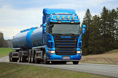 Caminhão de tanque azul de Scania R500 na estrada na mola Fotos de Stock