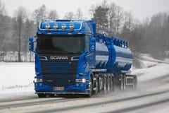 Caminhão de tanque azul do Euro 6 de Scania R580 no inverno Fotos de Stock Royalty Free