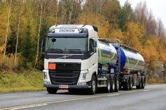 Caminhão de tanque branco de Volvo FH de Ekokem na estrada Fotos de Stock