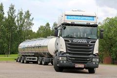 Caminhão de tanque branco do Euro 6 de Scania R730 ir Fotos de Stock
