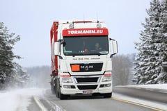 Caminhão de tanque do HOMEM branco na estrada do inverno Imagens de Stock Royalty Free