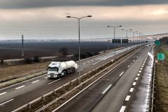 Caminhão de tanque em uma estrada da estrada imagens de stock royalty free