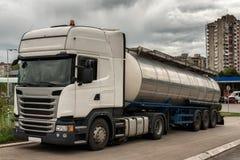 Caminhão de tanque estacionado sobre pela estrada imagem de stock royalty free
