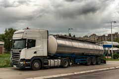Caminhão de tanque estacionado sobre pela estrada foto de stock