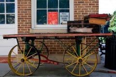 Caminhão desenhado vintage com tronco e caixas de Batterd Fotos de Stock