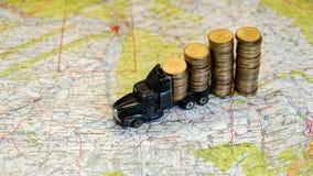 Caminhão do brinquedo completamente das moedas Notícias financeiras, créditos bancários, finança e economias do dinheiro Fotografia de Stock Royalty Free