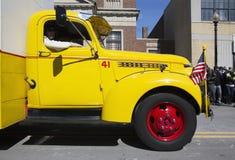 Caminhão do casco do amarelo do vintage, parada do dia de St Patrick, 2014, Boston sul, Massachusetts, EUA fotografia de stock royalty free