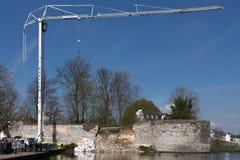 Caminhão do guindaste que tenta ajudar a salvar uma parede fortificada desmoronada da cidade fotografia de stock royalty free