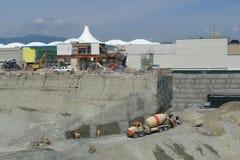 Caminhão do misturador concreto no canteiro de obras Foto de Stock Royalty Free