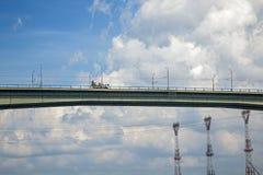 Caminhão do misturador concreto que conduz sobre a ponte Imagens de Stock Royalty Free