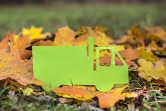 Caminhão do papel verde em um fundo do outono Eco amigável fotos de stock royalty free