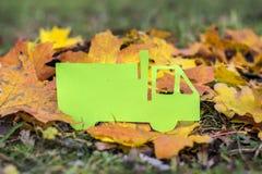 Caminhão do papel verde em um fundo do outono Eco amigável foto de stock