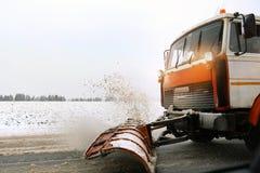 Caminhão do Snowplow que remove a neve suja da rua ou da estrada da cidade após quedas de neve pesadas Situação da estrada do trá imagens de stock