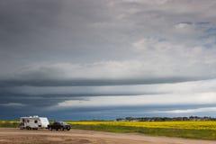 Caminhão e campista sob céus de ameaça Imagens de Stock Royalty Free
