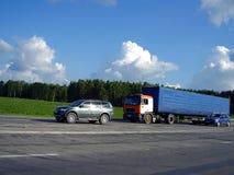 Caminhão e carros Fotos de Stock